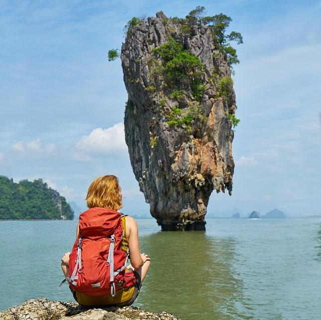 Person med en backpacking ryggsäck i Thailand